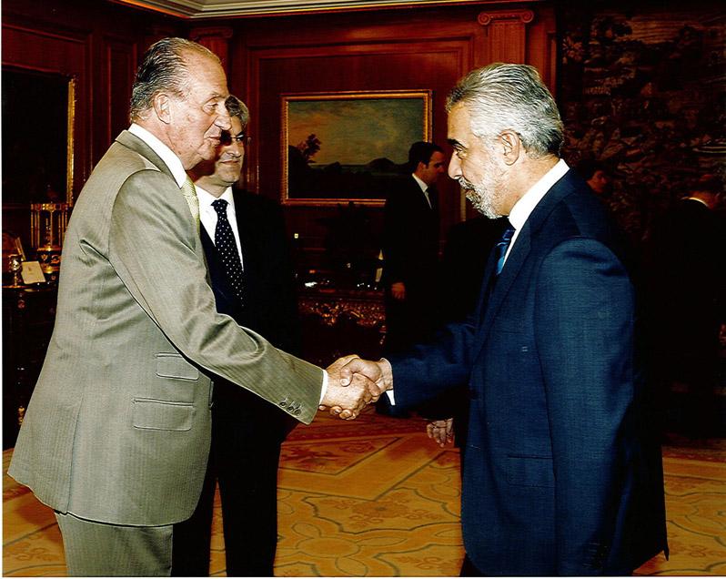 Foto Su Majestad el Rey de España con el Presidente del Ilustre Colegio Oficial de Graduados Sociales de Jaén